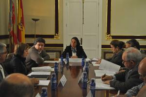 Isabel Villalonga y Luis Javier Santamaría con los miembros del Consejo de Casas Regionales.