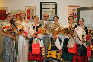José Pérez Pinar con las jóvenes participantes en el certamen.