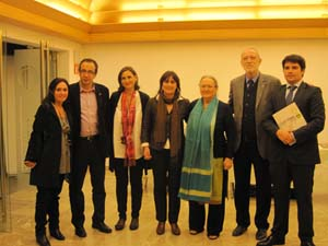 En el centro, Estarellas junto Anna Ferrer (d); Jordi Folgado, director ejecutivo de la Fundación (2ºd), Gómez Gordiola (2ºi), miembros de la directiva de la delegación de Baleares y el director del colegio Lluis Vives de Palma.