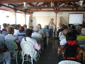 Carmen Almodóvar y el numeroso público asistente a la conferencia.