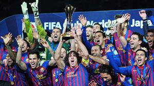 Puyol levanta la copa rodeado por sus compañeros.