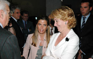 Victoria Cristóbal y la presidenta de la Comunidad de Madrid, Esperanza Aguirre, en un acto con emigrantes.