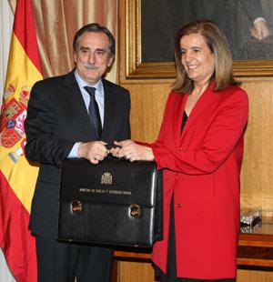 La nueva ministra de Empleo y Seguridad Social, Fátima Báñez, recibe la cartera de manos de Valeriano Gómez.
