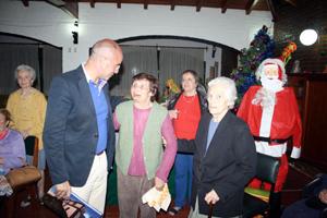 Santiago Camba con algunos residentes en el Hogar Gallego de Ancianos de Domselaar.