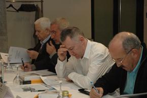 Los miembros de la Comisión Delegada del Consello de Comunidades Galegas estudiaron el texto.