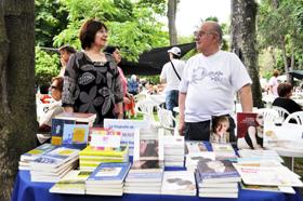 Manuel Losa vendió sus libros en la romería del Hogar y parte de lo recaudado fue para la entidad.