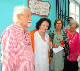 Aitana Alberti y Blanca Mª Fernández bajo la placa.