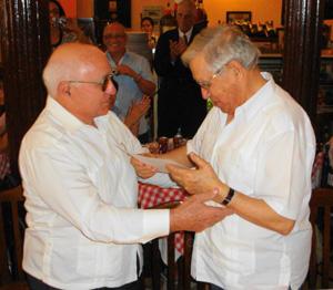 Se le entregó al padre Manuel Uña Fernández, Capellán de los Castellanos y Leoneses en Cuba, el DIPLOMA DE HONOR AL EMIGRANTE DISTINGUIDO otorgado  por el Consejo de Residentes Españoles en Cuba.
