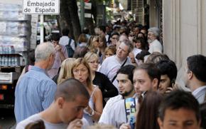 Colas ante el Consulado en Buenos Aires el pasado martes 27 de diciembre.