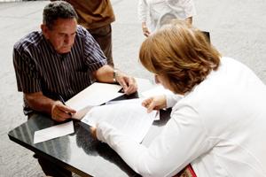 Recogiendo firmas ante el Consulado español en Caracas.
