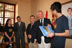 El presidente de la Comunidad, Ramón Luis Valcárcel, recibía en el Palacio de San Esteban, en Murcia, a beneficiarios del programa el pasado 12 de septiembre.