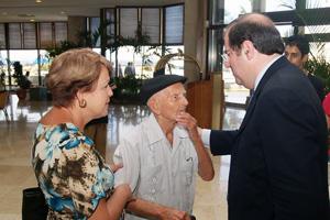 Herrera saluda a Julián en su última visita a Cuba.