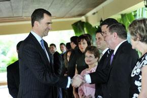 El Príncipe saluda a un grupo de españoles en Honduras.