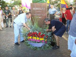 Lores (izquierda) coloca una ofrenda floral al pie del busto de Castelao ubicado en pleno centro porteño.