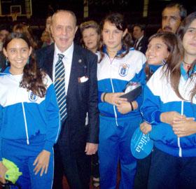 Fraga junto a jóvenes socios del Centro Galicia en una de sus numerosas visitas a Argentina.