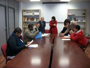 Gómez y Estarellas con los inmigrantes que realizaron la prueba.