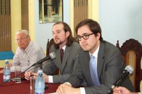 Carmelo González, Álvaro Kirkpatrick y Iago Losada durante el encuentro en la Casa Canaria.