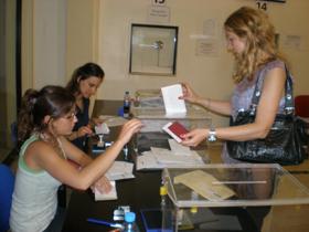 Una emigrante depositando su voto en el Consulado en Buenos Aires en las pasadas elecciones generales.
