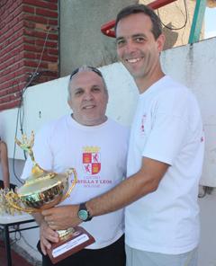 El presidente del Centro Castilla y León de Bolívar entrega la copa al coordinador del Club del Niño,  ambos nietos de salmantinos