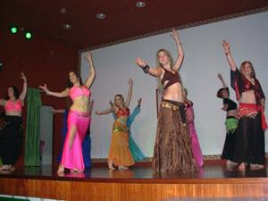 Unas bailarinas en plena actuación.