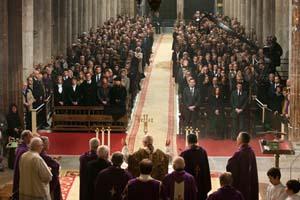 La Catedral de Santiago durante la misa que se celebró con la familia a un lado y las autoridades al otro.