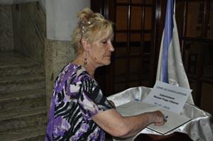 Una coruñesa firma en el libro de condolencias por la muerte de Fraga.