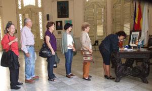 Un grupo de personas guardan cola para firmar en el libro de condolencias instalado en el Centro Gallego.