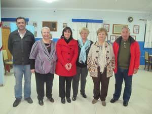 Estarellas (3ªi) con los representantes de la Casa Valenciana encabezados por Teresa Rodilla (2ªi).