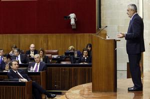 Griñán interviene ante la mirada de Arenas (2º banco).