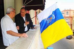 Carmelo González y Cándido Padrón en el balcón de la Casa Canaria de La Habana.