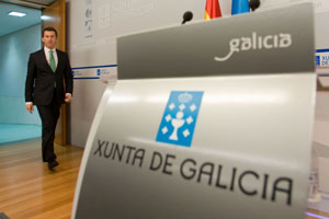 El presidente Alberto Núñez Feijóo llega a la rueda de prensa.