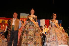 Las dos jóvenes con sus espectaculares trajes acompañadas por Joaquín Ros Alfaro.