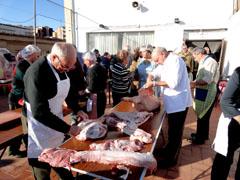 Un momento de la preparación de la carne para los chorizos.