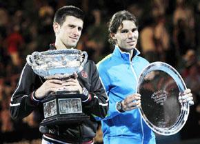 Djokovic y Nadal con sus trofeos tras la final del Open de Australia.