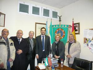 Cortés con miembros de la Federación de Entidades Culturales Andaluzas de la Comunidad Valenciana (FECAV)