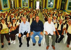 Foto de familia del viceconsejero con los emigrantes canarios del Grupo 'Renacer'.