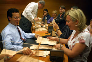 Imagen de archivo del escrutinio del voto exterior en Asturias.