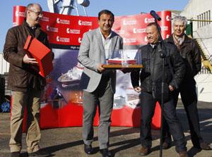 Javier Guerra celebra con miembros de Vulcano la salida del concurso.