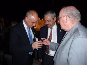 El secretario da Emigración con el presidente de la Federación de Centros Españoles de Venezuela (Feceve), Félix Barbero, y el ex presidente de la HGV, Antonio Piñón Ferreiro.