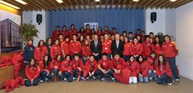 Pedro Sanz con los jóvenes del Estadio Español de Las Condes de Santiago de Chile.