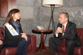 Paulino Rivero con Melanie Caridad.