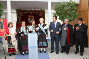 El alcalde de Leganés con los miembros de la Casa de Castilla y León en la localidad.