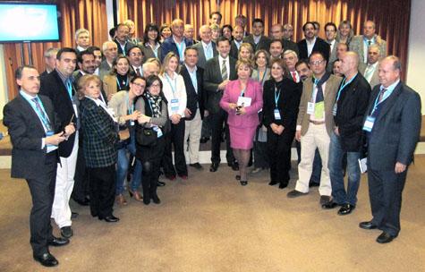 El presidente del Gobierno y del PP, Mariano Rajoy, con Alfredo Prada y los representantes del exterior que asistieron en Sevilla al 17º Congreso del partido.
