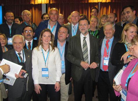 El presidente del Gobierno y del PP, Mariano Rajoy, con Alfredo Prada y un grupo de compromisarios del exterior.