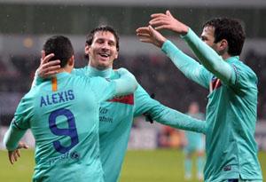 Messi y Alexis se abrazan tras lograr uno de los goles ante el Bayer Leverkusen.