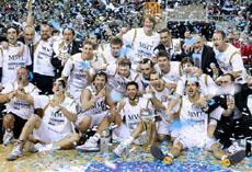 Los jugadores del Real Madrid celebran la victoria.