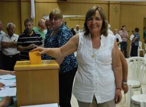 Esperanza Pereira votando el día de la elección de la directiva de 'Alma Gallega'.