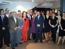 Rafael Estrella, centro, con los asistentes a la cena.