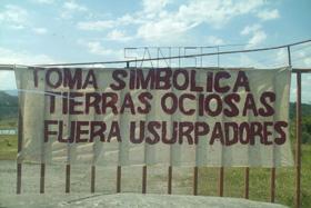 Pancarta colocada en la entrada de la finca.