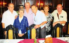 El alcalde de Cabrales, tercero por la izquierda, con los premiados.